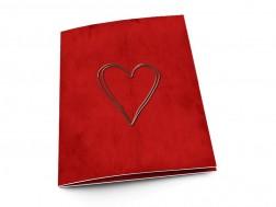 Menu mariage - Coeur argenté posé sur fond rouge